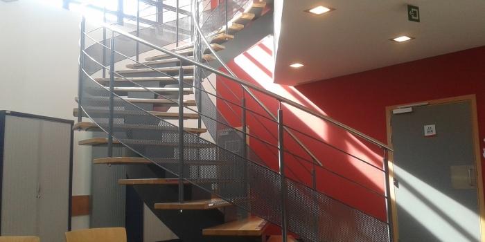 Belga piacra készítettünk egy középkonzolos ívelt vonalvezetésű közületi lépcsőt