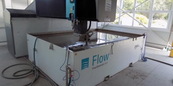 FLOW Mach 3 típusú abrazív vízsugaras vágóberendezés immár a Stadler Lépcsőnél is