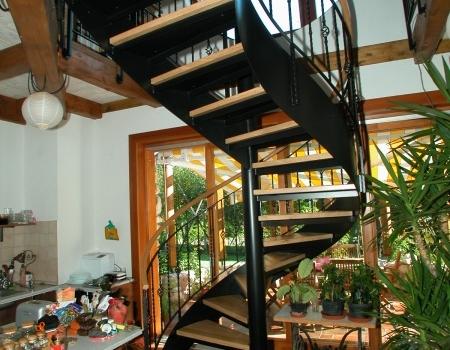 Zebegényi családi házban hajlított acél lépcsőt készítettünk