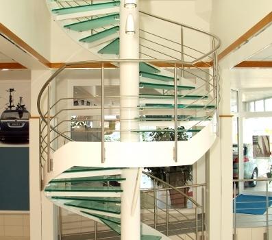Biztonsági üveg járólapos lépcső a Kecskeméti Opel Tormási szalonban