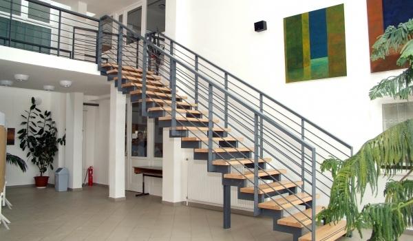 Egyeneskarú lépcső a hosszúhetényi Általános Iskolában