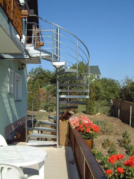 Kültéri csigalépcső egy családi ház emeleti teraszaihoz a napsütötte pécsi Mecsek-oldalban ...