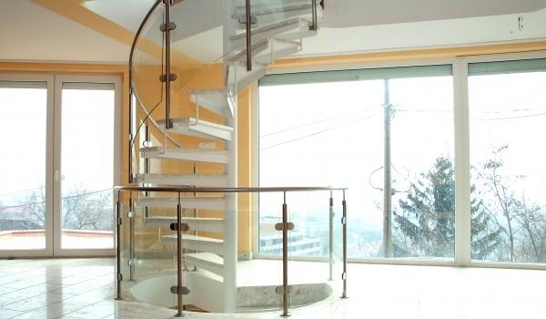 Pécs Mecsekoldali panorámás családi házban üveg borítású acél lépcsőt építettünk be